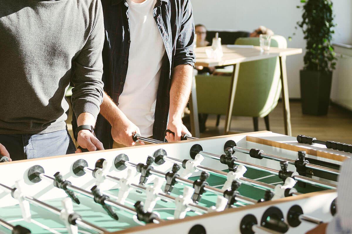 Mitarbeiter spielen Kicker